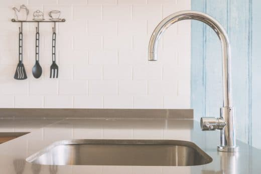 Unterbauspülen sind seit einigen Jahren ein großer Trend im Bereich der Küchenspüle und Armaturen. Das Becken wird hier von unten in die Arbeitsplatte eingesetzt und verschwindet darin fast völlig. Krümel können einfach über die Arbeitsplatte hineingekehrt werden. (Foto: stock)