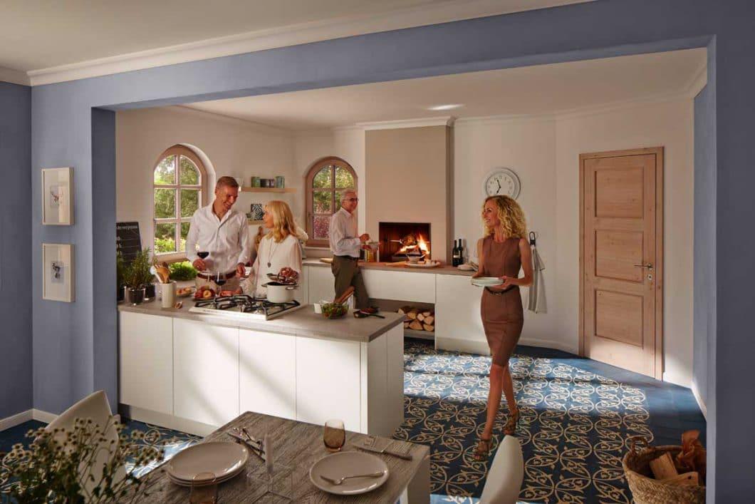 Die Idee hinter dem Urfeuer-Küchenkamin ist die behagliche Atmosphäre, die ursprüngliches Feuer unter Menschen verbreitet. An zweiter Stelle kommt die Funktionalität als Garstelle. (Foto: BRUNNER)