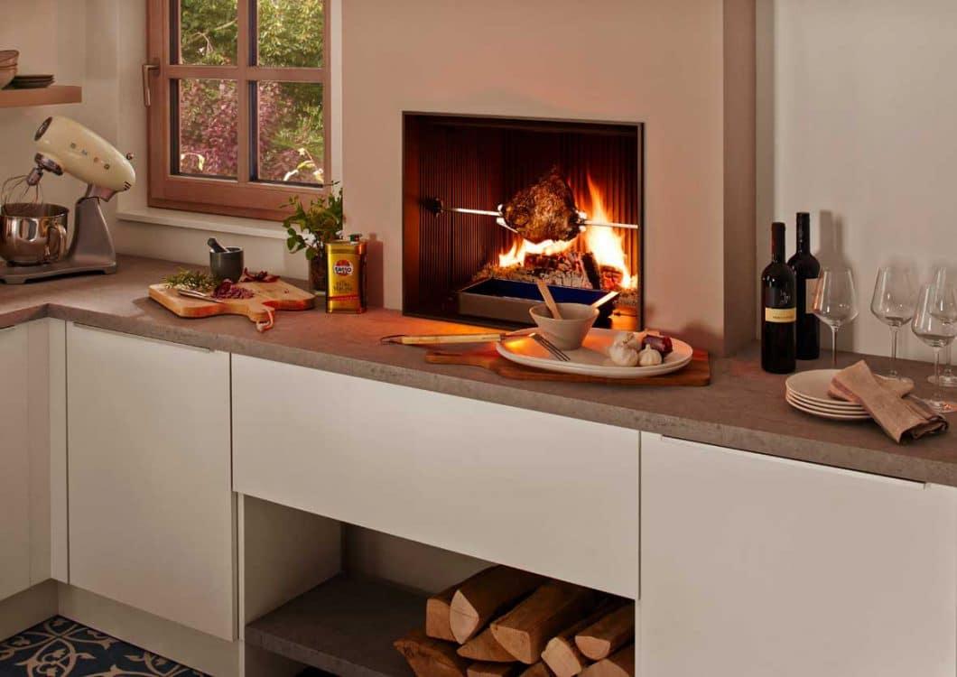 Nur 20 bis 30% der Wärme strahlt der Urfeuer-Küchenkamin an den Raum ab. Er eignet sich eher für eine behagliche Atmosphäre denn einen Heizungsnutzen. (Foto: BRUNNER)