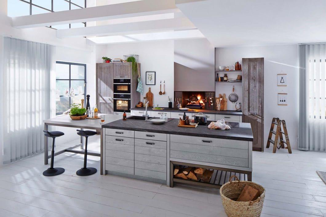 Dank der minimalistischen, anthrazitfarbenen Optik fügt sich der Urfeuer-Küchenkamin ideal in moderne Küchenräume ein. Er kann auf Arbeitshöhe in der Küchenzeile verbaut werden. (Foto: BRUNNER)
