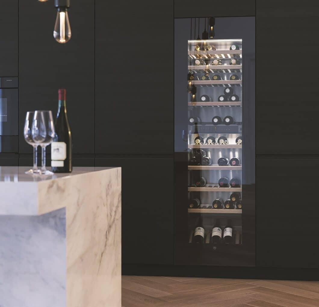 Vielen Weinkühlschränken liegt ein hochästhetisches Design zugrunde. Verspiegelte Glasfronten und ein warmes Licht setzen luxuriöse Akzente im Küchenraum. (Foto: V-ZUG)