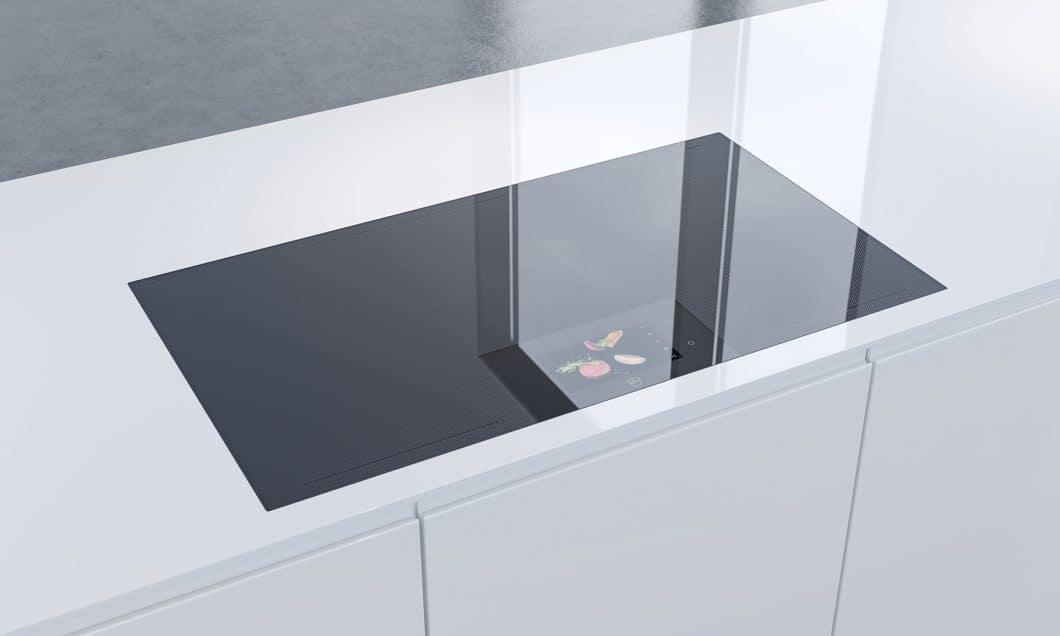 Hochgradig funktionell in der Technik, ästhetisch im Design: Das V-ZUG FullFlex-Kochfeld mit dem nahezu unzerstörbaren OptiGlass ist eine zukunftsweisende Entwicklung zum Thema Kochen. (Foto: V-ZUG)