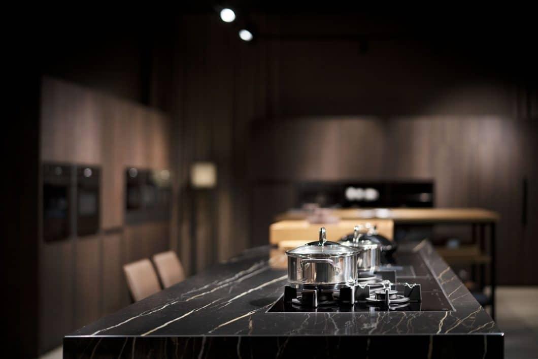 """Mit einem eleganten, hochklassigen Auftritt in der """"Architekturwerkstatt Löhne"""" präsentiert sich V-ZUG nun auch verstärkt im Nachbarland Deutschland - und zeigt mit dem GuidedCooking gleich eine Weltneuheit auf. (Foto: V-ZUG)"""