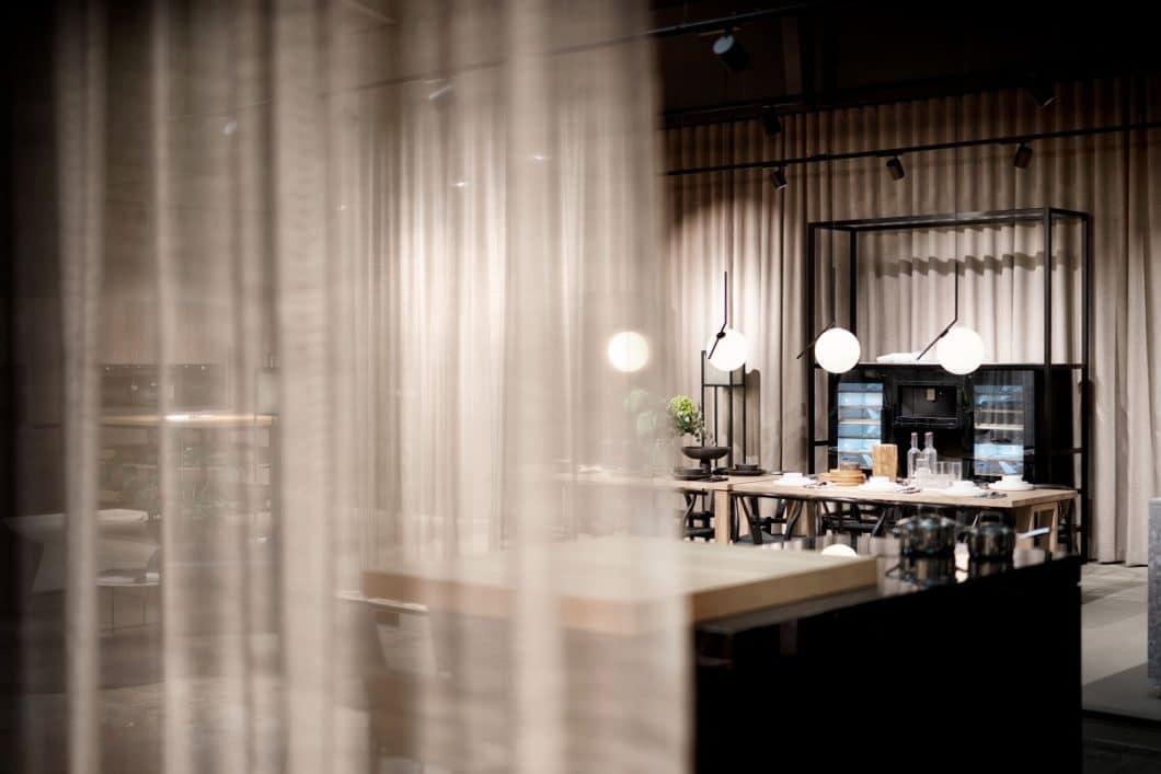 Äußerst elegant präsentieren sich die 5 Aussteller der Architekturwerkstatt in Löhne - auf eigenen Flächen, aber in gekonntem Zusammenspiel. Im Mittelpunkt steht eine harmonische Innenraumplanung mit innovativer Technik. (Foto: V-ZUG)