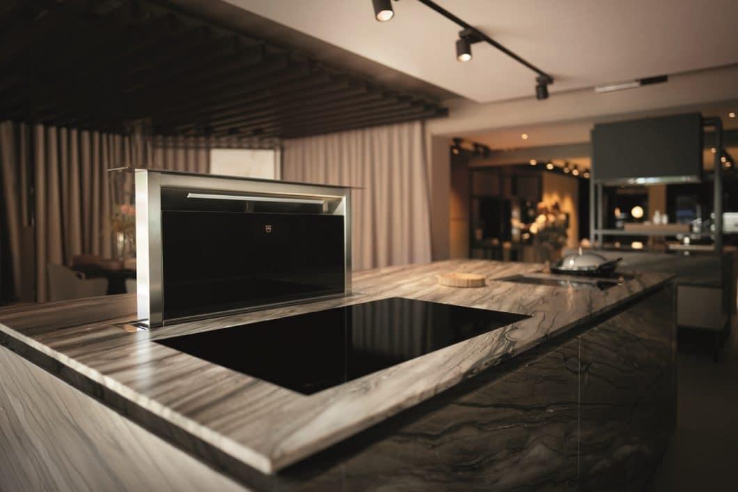 Feine modulare Kücheninseln, ästhetisch eingebettete Geräte und ein hochwertiges, warmes Farbkonzept lassen das ZUGORAMA zu einem Wohlfühlort im Premiumsegment werden. (Foto: V-ZUG)