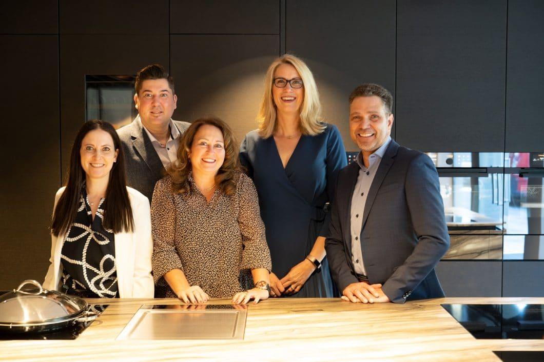 Strahlende Gesichter nicht nur fürs Foto: das ausgewählte ZUGORAMA-Team freut sich, den ersten Flagshipstore Europas