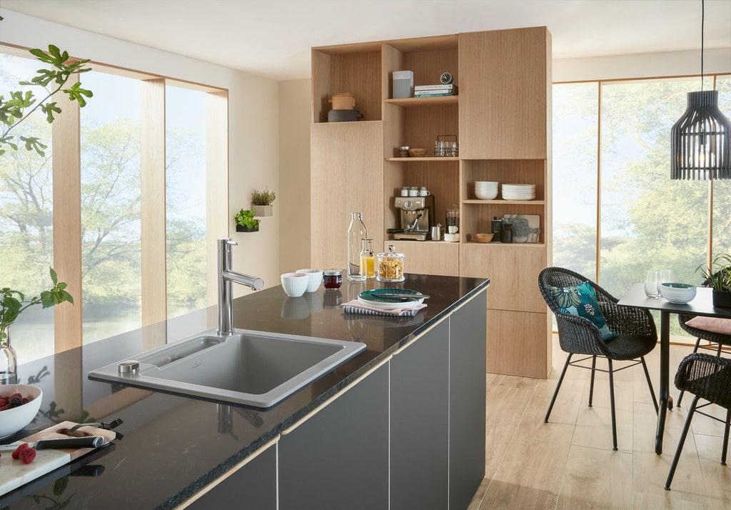 Holzküchen von V&B sind sowohl als warme Ergänzung zum sleeken, puristischen Küchenlook erhältlich als auch im modernen Landhausstil. (Foto: Villeroy & Boch)