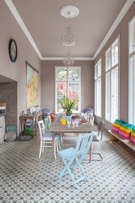 """VIA stattet eine große, helle Wohnküche mit bodenlangen Fenstern mit einem beeindruckenden Mosaikboden aus. Um eine neutrale Umgebung zu schaffen, greifen die Farbexperten zu """"Falbe"""" (Sandfarben, hier mit zartem Rosé-Einschlag). (Foto: VIA)"""