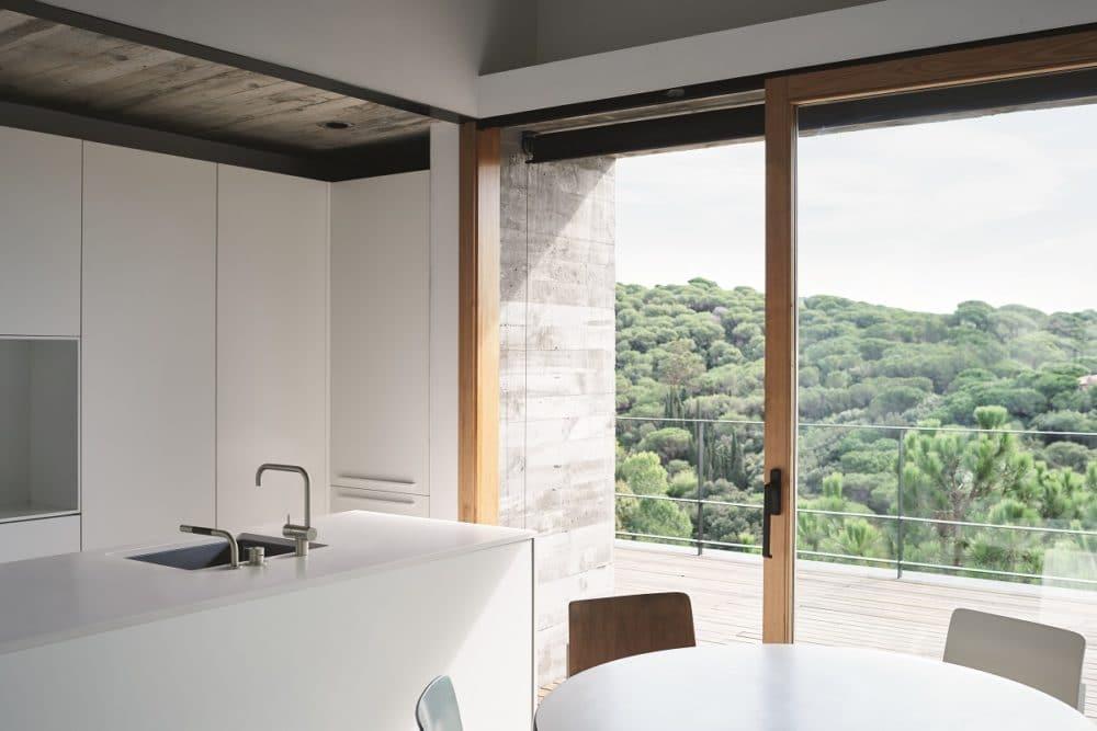 Die klaren Strukturen im hochwertigen Edelstahlgehäuse passen sich perfekt in anspruchsvolle Küchenumgebungen an. (Foto: Copyright Vola A/S)