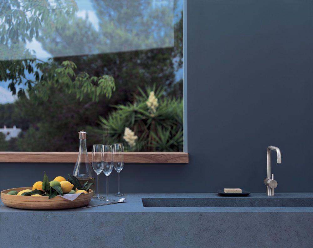 VOLA ist besonders im Bad- und Spabereich als puristisches Design-Statement beliebt. In der Küche bleibt die Funktionalität ohne ausziehbare Brause auf der Strecke. Wer aber auf ein Zweitbecken setzt, kann mit VOLA charakteristische Akzente setzen. (Foto: Copyright Vola A/S)