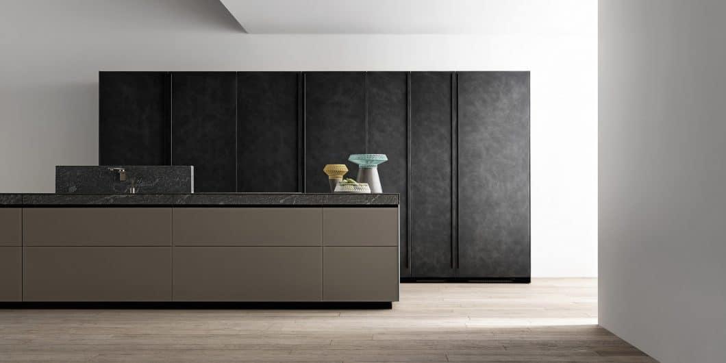 Eine harmonische Gestaltung hingegen bewirkt die Veredelung dieser Schublade mit hochwertigem Naturstein, die sowohl die Gestaltung der Zeilenfront als auch de Arbeitsoberfläche aufgreift. (Foto: Valcucine)
