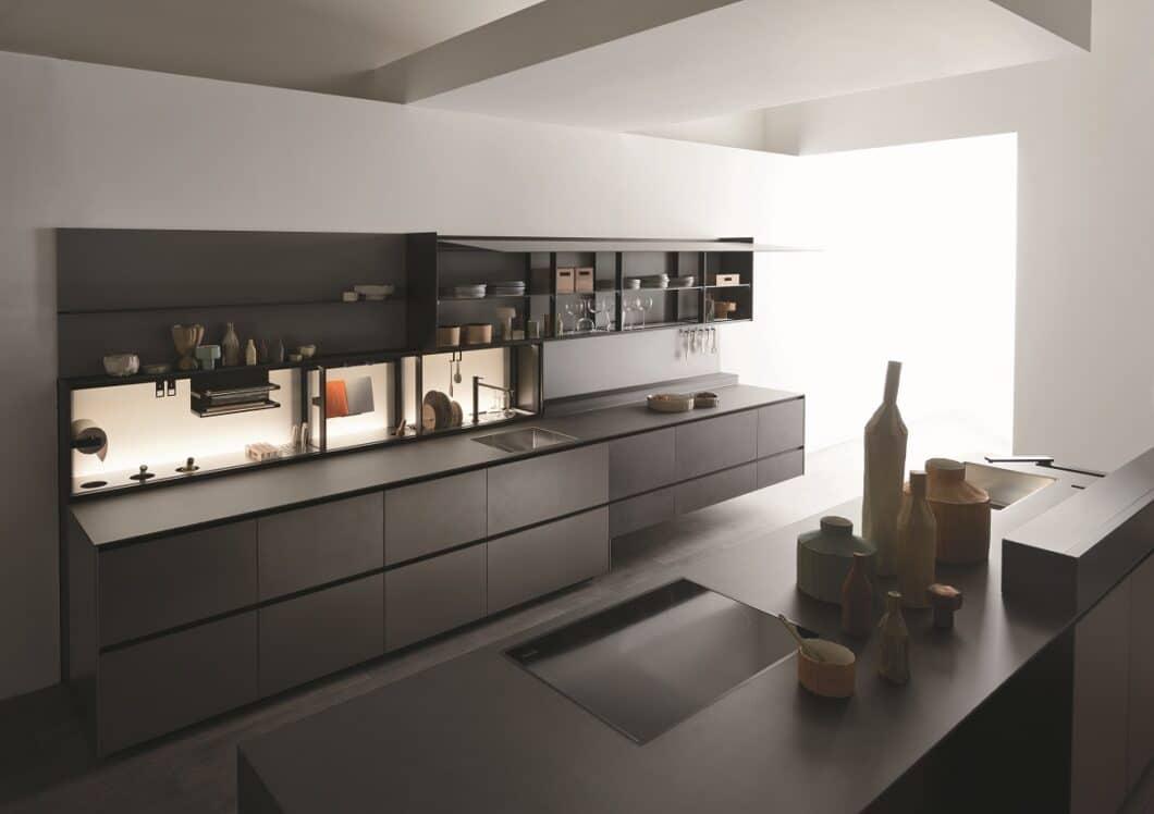 Außergewöhnliche Küchenfronten aus Aluminium und Edelstahl machen die Valcucine Riciclantica zu einem sehr widerstandsfähigen und gleichzeitig leichten Modell, das recycelt wieder der Umwelt zugeführt werden kann. (Foto: Valcucine)
