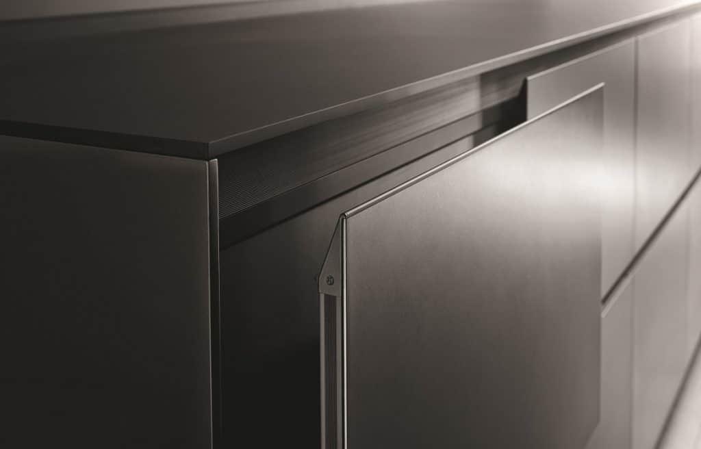 Das stabile Aluminiumgestell fasst ein mit 2 mm hauchdünnes Paneel als Küchenfront, das nur dank der präzisen Verarbeitung ohne zusätzliche Bohrkappen hält - und die Valcucine Riciclantica mit der leichtesten Front der Welt ausstattet. (Foto: Valcucine)