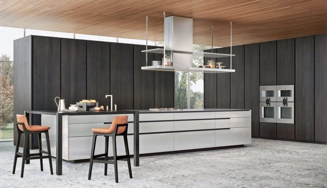 Blitzender Edelstahl trifft auf dunkel geräucherte Eiche: Diese Küche von Varenna/Polifom ist an Eleganz und Professionalität kaum zu überbieten. (Foto: Varenna)