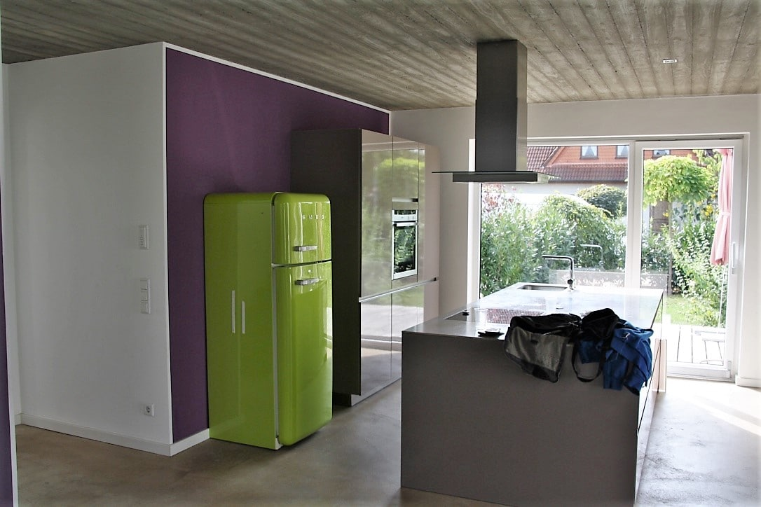 Der Küchenraum der Kundin sollte puristisch und klar wirken, strahlte jedoch stattdessen eine karge und dunkle Atmosphäre aus. Ralf Kröh und sein Team sollten das ändern. (Foto: KÜCHENPLAN Frankfurt)
