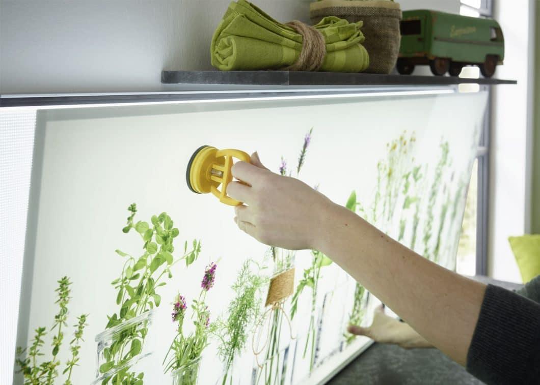 Die Glasplatte kann dank Magnetrahmen und Saugheber ohne komplizierte Handgriffe ausgetauscht werden. Der kreativen Gestaltung des Switchy-Glases sind kaum Grenzen gesetzt - selbst eigene Fotomotive können auf dem Glas abgebildet werden. (Foto: Lechner)