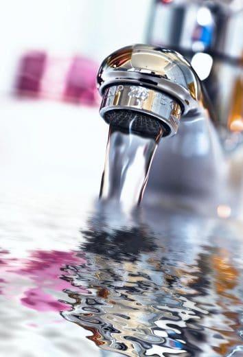 Warmwasser, Kaltwasser, Frischwasser, Abwasser: Wo muss welcher Anschluss gesteckt werden? Tipp: Der Profi kann das immer noch am besten. (Foto: Pixinoo)