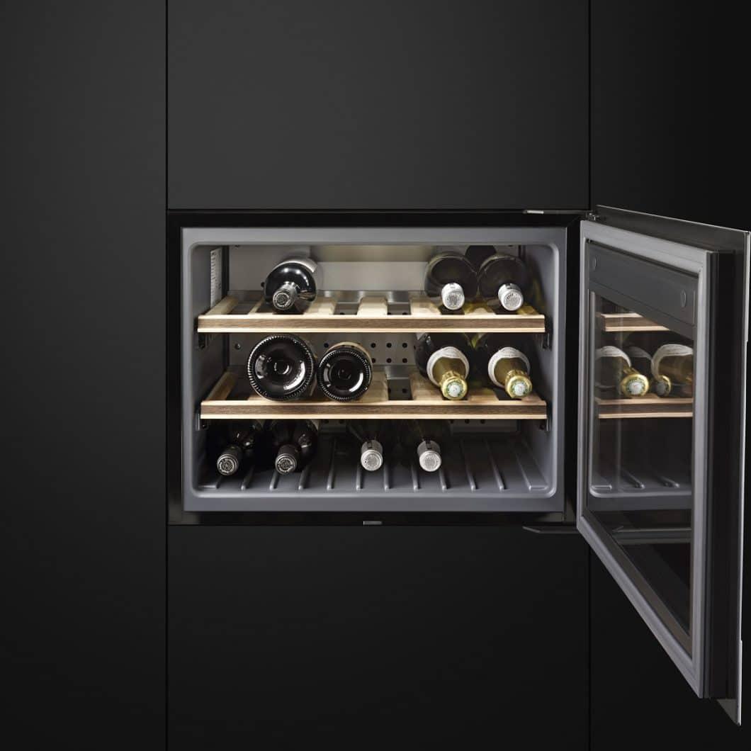 In seiner Kollektion DOLCE STIL NOVO bietet der Hersteller auch einen hochwertigen Weinklimaschrank in 45 cm an - dieser kann bei Bedarf mit einer Sommelierschublade ergänzt werden. (Foto: SMEG)