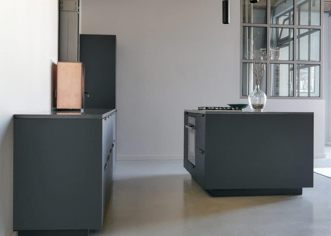Echtbeton kann grober wirken, aber sehr elegant eingefasst werden im Küchenbild so wie hier erfolgt beim Unternehmen Wertwerke. (Foto: www.wertwerke.de)