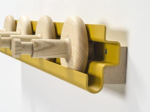 Die Garderobe Wheels kann wahlweise so herum aufgehängt werden, dass noch schmale Kochbücher oder Bilder dahinter gelagert werden können... (Foto: van Esch)