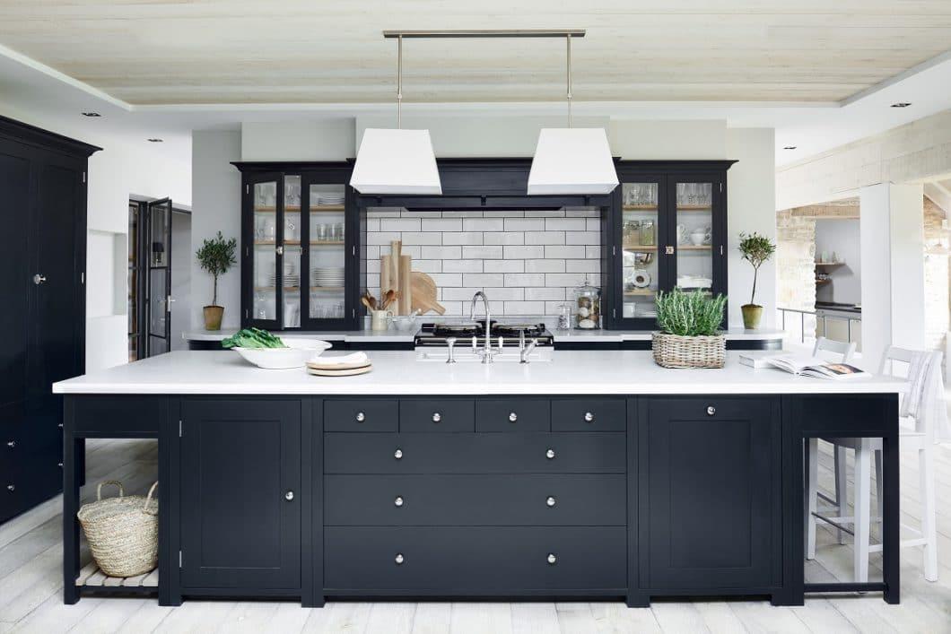 Ein Grund, warum der englische Landhausküchen-Stil wieder so beliebt ist, ist seine Nähe zum Industrial Style: Er lässt sich wunderbar mit Industrieleuchten und rauchigen Tönen kombinieren. (Foto: Neptune)