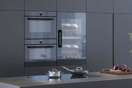 Der V-ZUG Winecooler kann mit seiner Spiegelfront in jedes Design flächenbündig integriert werden. (Foto: V-ZUG)