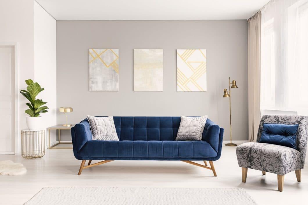 Das Blau der Stunde soll auch den Aufbruch in ein neues Jahrzehnt signalisieren. Die Farbe ist dabei eine solide Grundkonstante und kann perfekt mit harmonischen Naturell-Farben wie Weiß und Beige kombiniert werden. (Foto: Adobe Stock)
