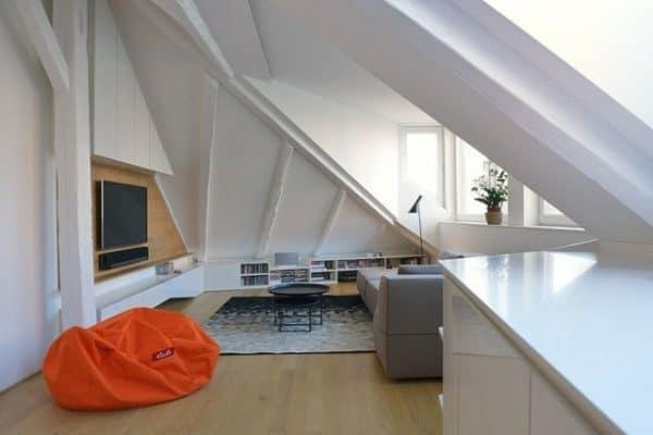 Viel Weiß an Wänden und Fenstern sorgt für Luftigkeit und große Räume. Farbliche Akzente sind dann eher mit dem Interieur zu setzen.