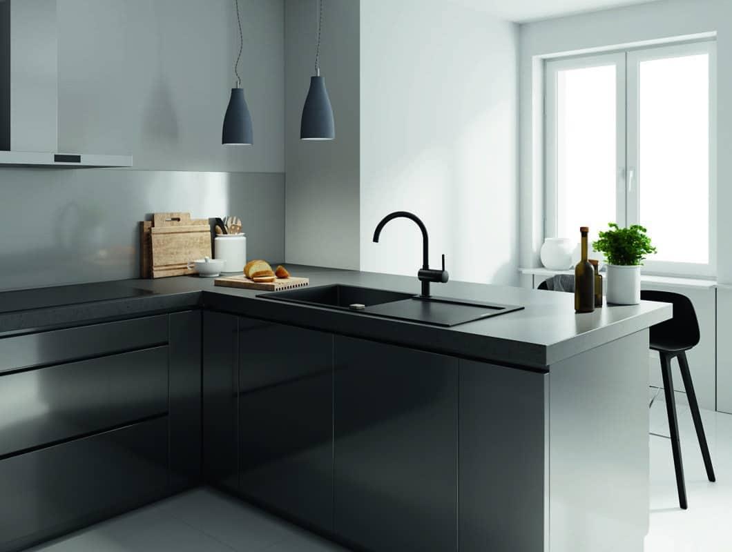 Die klare, reduzierte Form mit geschwungenem Auslauf der Mischbatterie Minta schmeichelt jedem Küchenstil. (Foto: Grohe)