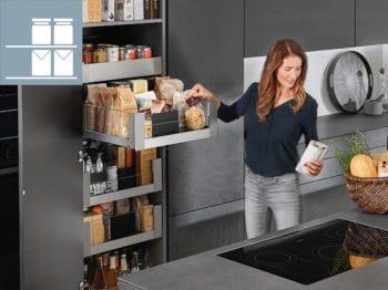 Anstelle einer Speisekammer werden Hochschränke und Apothekerauszüge für großzügigen Stauraum und eine übersichtliche Anordnung beim Bevorraten genutzt. (Foto: Blum)