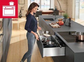 Kochgeschirr und Küchenwerkzeuge sollten bei der Kochzone immer in greifbarer Nähe sein. (Foto: Blum)
