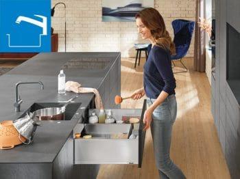 """Zur """"Nasszone"""" gehören nicht nur Spülbecken und Geschirrspülmaschine, sondern auch ein Schrank mit Reinigungsutensilien. (Foto: Blum)"""