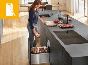 """Die """"Vorbereitungszone"""" ist der wohl zentralste Platz der ganzen Küche: Hier werden gewaschene Lebensmittel frisch weiterverarbeitet, bevor sie zum Kochen wandern. """"Küchenwerkzeug"""" gehört daher in Griffnähe. (Foto: Blum)"""