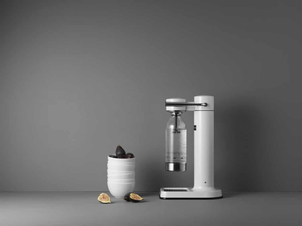 Schlankes Design, denkbar einfache Bedienung. aarke verleiht einem simplen Küchengerät neue Attraktivität mit einem puristischen Design. Einziger Wermutstropfen: die PET-Flasche. (Foto: aarke)