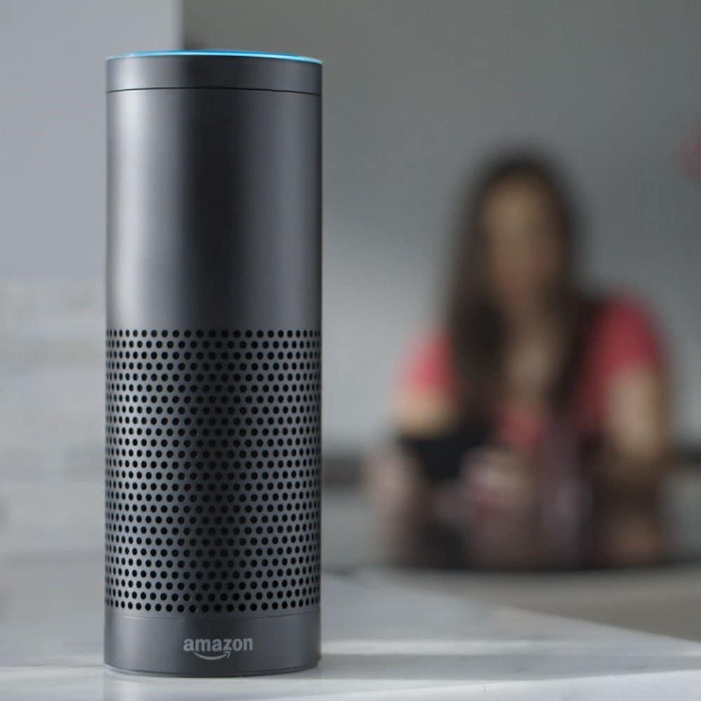 Alexa, der sprachgesteuerte Assistent von Amazon, ist das Zentrum der Smart Kitchen von morgen: Renommierte Hersteller wie Miele, Siemens und Liebherr arbeiten mit dem intelligenten, berührungslosen Gerät zusammen. (Foto: Amazon)