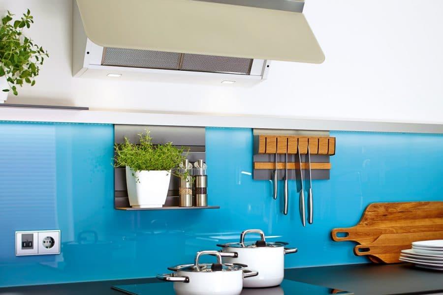 Messerblöcke und Gewürzregale lassen sich mithilfe von an der Küchenrückwand befestigten Eisenstangen in Griffnähe rücken. (Foto: amk)