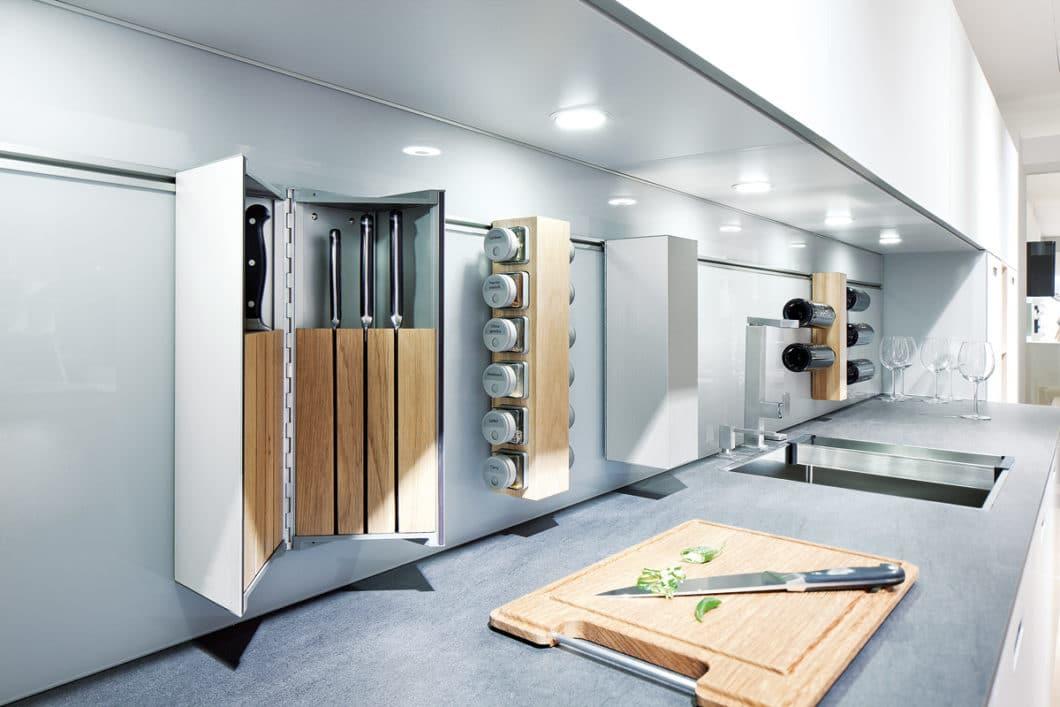 Ein Relingsystem für die Küchenrückwand, das mit Messern und Gewürzen bestückt werden kann, ist funktional für den Koch - und gefährlich fürs Kind. (Foto: AMK Ratgeber)