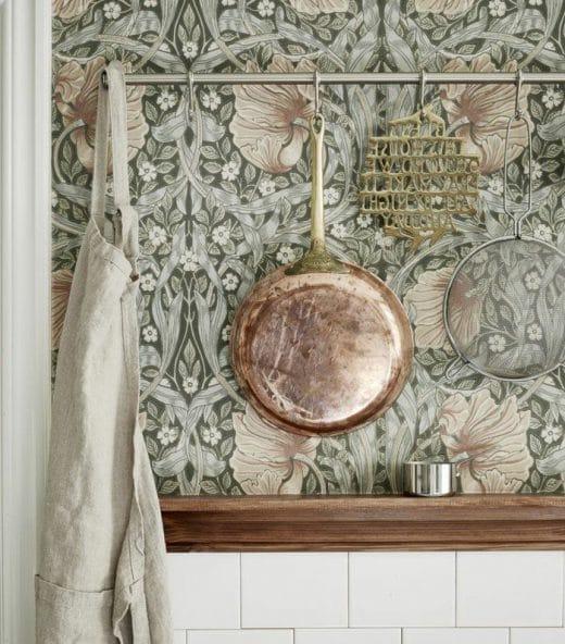 """Florales Wandmotiv in der Küche: Wirkt nicht nur retro, sondern in Kombination mit Kupfer und Holz auch sexy. Gesehen bei """"archzine"""""""