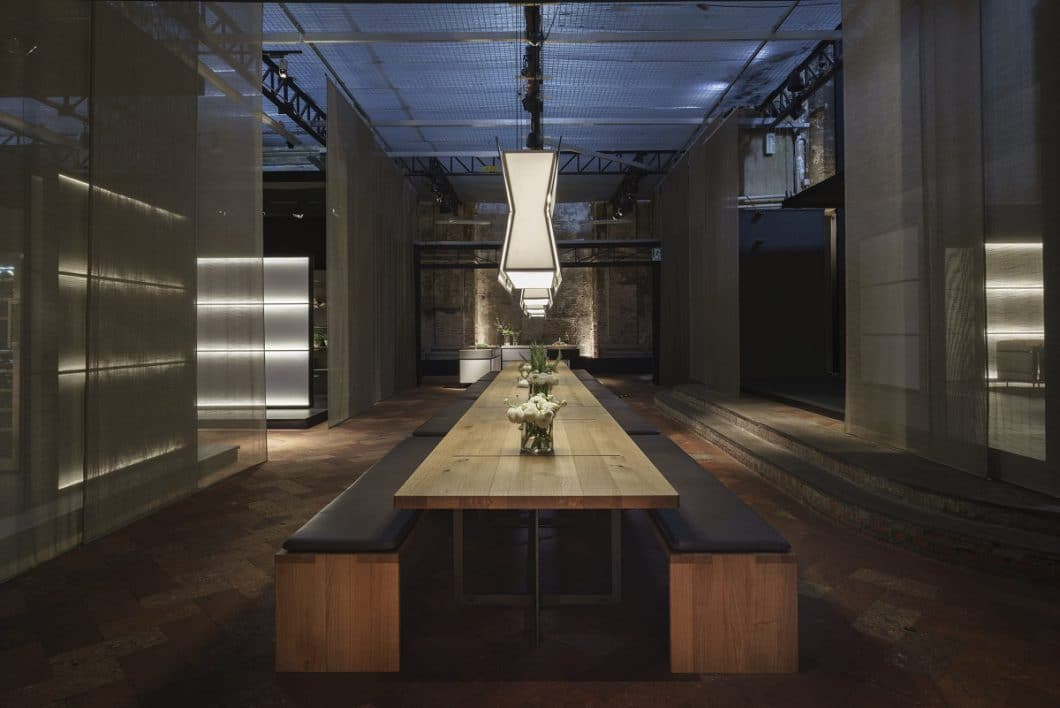 Majestätisch, massiv und doch bodenständig wirkt das hochwertige Ensemble von Tisch und Bank mit geölter Eiche und lederbezogenen Sitzflächen. (Foto: bulthaup)