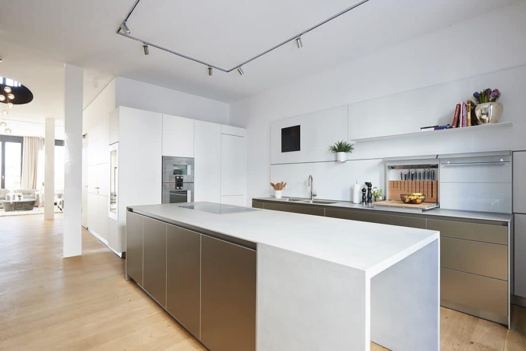 """Highlight beim Projekt bulthaup b3 """"Sophienterrasse"""" ist die speziell angefertigte Betonverschalung der Kücheninsel, die in einem Stück gefertigt und eingebaut wurde. (Foto: Küchen-Atelier Hamburg/ Volker Renner)"""