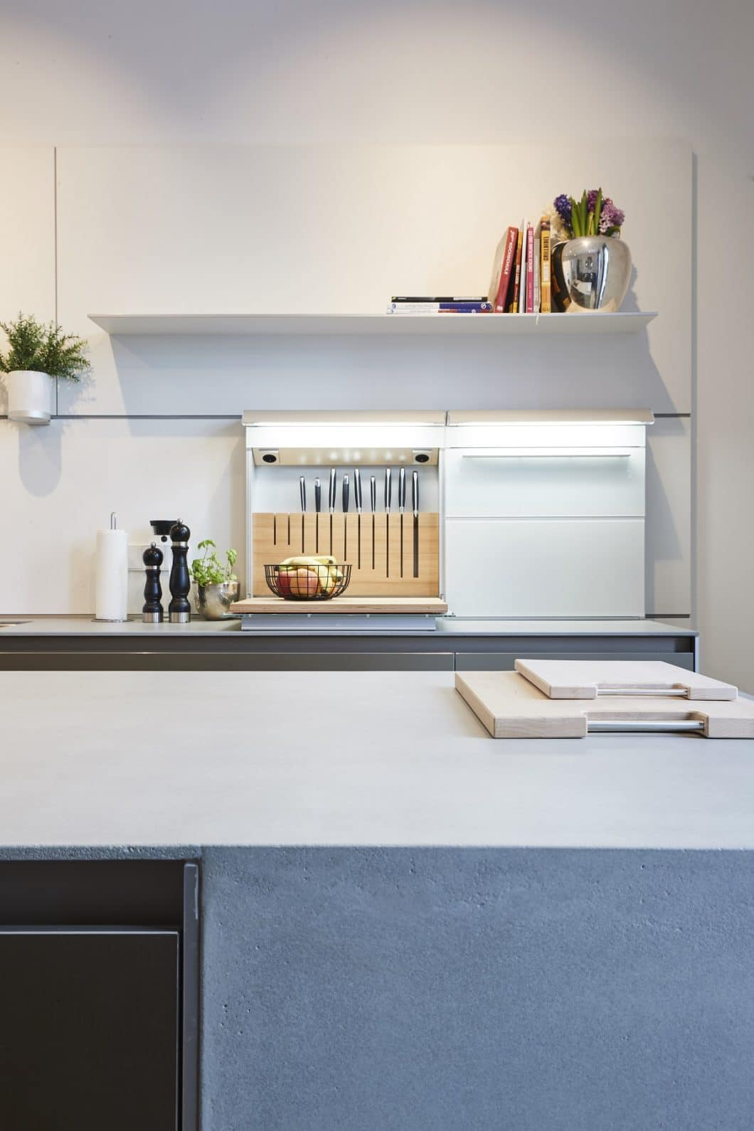 Messerblöcke, ein Schneidbrett, Ölflaschen sowie Gewürzdosen lassen sich übersichtlich verstauen - und nach Gebrauch verstecken. (Foto: Küchen-Atelier Hamburg/ Volker Renner)