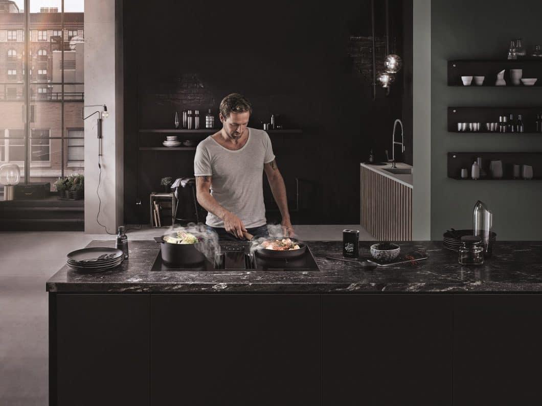 Eine smarte Funktion hält Einzug im Feature-Katalog von berbel: die Downline wird zum Muldenlüfter mit Licht, bei der sich Abzug, Dimm-Funktion und Kochvorgang gleichermaßen steuern lassen. (Foto: berbel)