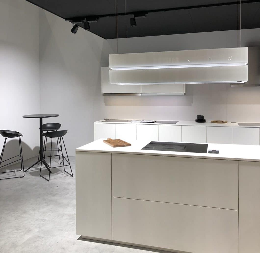Abluftspezialist berbel zeigt auf der küchenwohntrends 2019 in Salzburg, wie schön designt Dunstabzugshauben sein können. Die Skyline Sound überträgt übrigens auch Musik aus hochwertigen Boxen. (Foto: Stephanie Morawietz/ KüchenDesignMagazin)