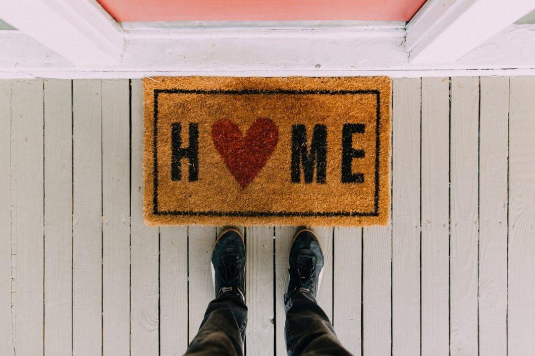 """""""My home is my castle"""": In Zeiten von Krisen ziehen wir uns gern ins Private zurück. Ist Ihre Küche schon der richtige Ort dafür? (Foto: Kelly Lacy)"""
