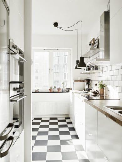 Geschlossene Unterschränke, offene Oberschränke: So lässt sich auch ein kleiner Küchenraum luftig gestalten. (Foto: think decor, tumblr)