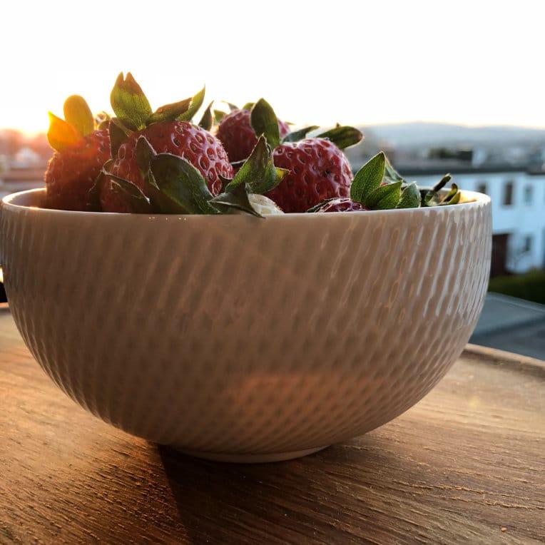 Sommer, Sonne, Erdbeeren - und die Blend-Schale mittendrin. Die reduzierte Ästhetik passt in jeden Kontext. (Foto: Rosenthal/ privat)