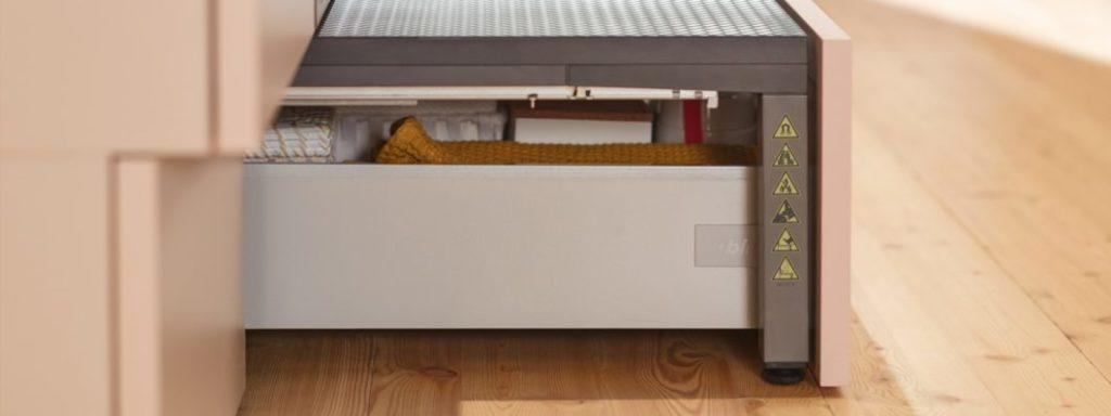 Mit dem SPACE STEP erhält die unscheinbare Sockelschublade eine äußert innovative Funktion: als Stauraumbox und ausziehbare Trittleiter im Küchenraum. (Foto: blum)