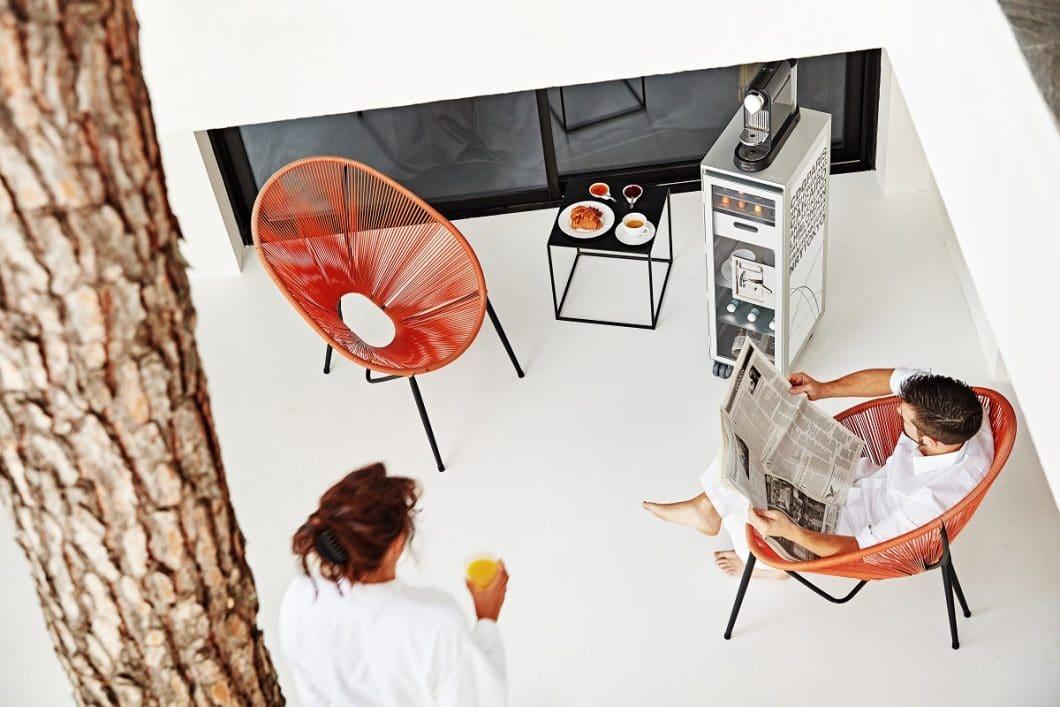 Eine lässige Kaffeebar auf der Terrasse oder im Wohnzimmer errichten - mit der Kapselablage für Nespresso-Maschinen kein Problem. (Foto: bordbar design GmbH)