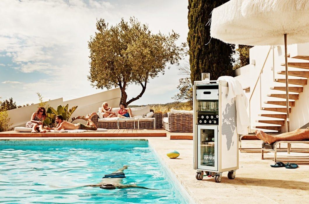Neu in der Familie: der bordbar_cooler, ein Weinklimaschrank für gekühlte Drinks, Weine und Champagnerflaschen am Pool. Urlaubsfeeling garantiert! (Foto: bordbar design GmbH)