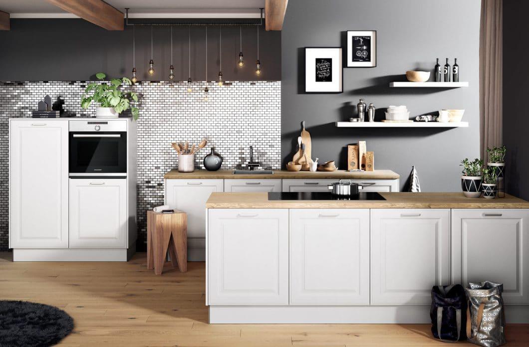 Entstehen Küchentrends wie ein ganz bestimmter Stil aus der aktuellen politischen und gesellschaftlichen Situation heraus? Vielleicht. Nach dem kühlen Purismus wächst derzeit das Interesse am modernen Landhausstil wieder. (Foto: Häcker)